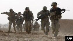 Binh sĩ Hoa Kỳ chiến đấu với quân nổi dậy tại khu vực Badula Qulp trong tỉnh Helmand ở Afghanistan