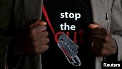 """Áo thun với dòng chữ """"Stop the Cut"""" kêu gọi loại bỏ tập tục cắt bỏ âm vật (FGM)."""