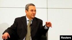 以色列国防部长巴拉克于2013年2月3日在慕尼黑召开的年度安全会议上做手势