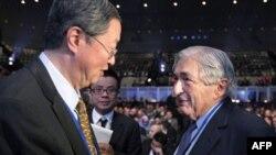 Guverner narodne banke Kine, Zu Žiaočuan sa bivšim predsednikom Svetske banke, Džejmsom Vulfensonom pred početak plenarne sednice u Svetskoj banci, 8. oktobar 2010.