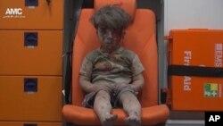 Petogodišnji Omran Dagneš u kolima hitne pomoći posle vazdušnog napada u sirijskom gradu Alepu