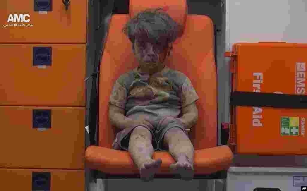 Foto Omran Daqneesh yang berlumuran darah akibat serangan udara di kota Aleppo, Suriah dan sedang duduk di ambulans setelah diselamatkan oleh regu penyelamat dan jurnalis di lokasi tersebut (17/8) telah membuat terharu seluruh dunia.