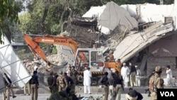 Serangan bom bunuh diri menghancurkan gedung kepolisian di Peshawar, Pakistan, Rabu (25/5).