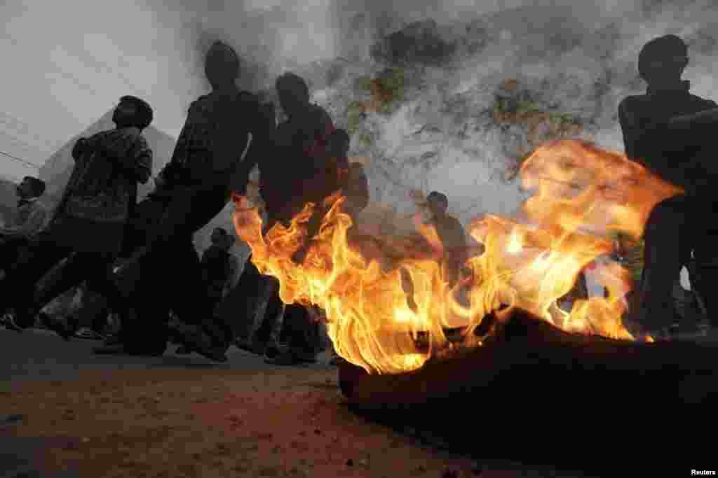 مظاہرین نے ٹائر جلا کر روڈ بند کر رکھی ہے