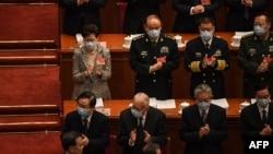 ប្រធានប្រតិបត្តិទីក្រុងហុងកុងអ្នកស្រី Carrie Lam និងមន្ត្រីរដ្ឋាភិបាលចិន ស្វាគមន៍លោកប្រធានាធិបតី Xi Jinping ក្នុងកិច្ចប្រជុំសមាជបក្សប្រជាជនជាតិ (NPC) នៅវិមានរដ្ឋាភិបាលក្នុងទីក្រុងប៉េកាំង ប្រទេសចិន នៅថ្ងៃទី៥ ខែមីនា ឆ្នាំ២០២១។