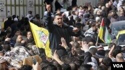 Para warga Palestina mengarak jenazah seorang pria Palestina, Omar Kawasmeh, yang terkena tembakan Israel yang salah sasaran di Tepi Barat, 7 Januari 2011.