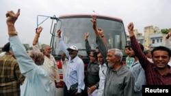 Kelompok Hindu kasta rendah India berunjuk rasa dalam aksi protes melawan serangan atas empat pria kasta rendah yang dituduh menguliti sapi.