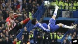 Diego Costa alors à Chelsea, à droite, en duel avec Toby Alderweireld de Southampton, au cours du match de football de Premier League anglaise entre Chelsea et Southampton au Stade de Stamford Bridge à Londres. (AP Photo / Matt Dunham, File)