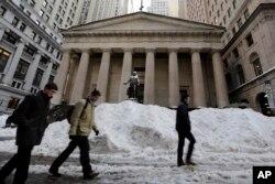 Sneg na Vol Stritu, pred Njujorškom berzom