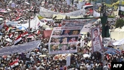 Đám đông tụ tập ở quảng trường Tahrir đòi trừng trị những giới chức chính phủ và cảnh sát viên đã hành hung người biểu tình hồi tháng 2, 8/7/2011