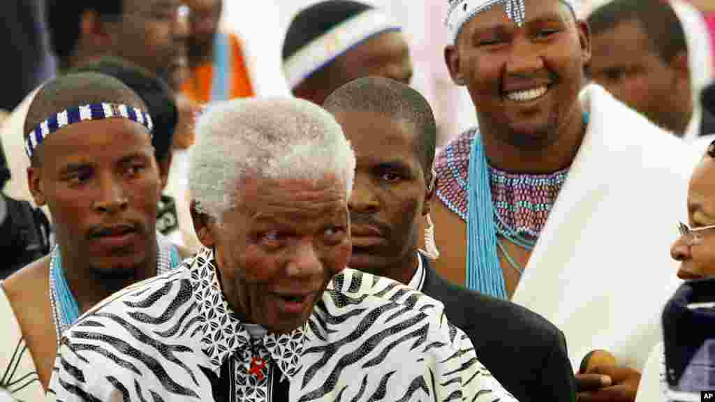 Former South African president Nelson Mandela, center, followed by his grandson Mandla Mandela, rear right, arrives at the ceremony in Mvezo, South Africa, April 16, 2007.