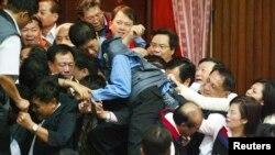 台湾议员因意见不合在立法院厮扭