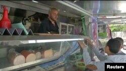 Penjaja mobil kedai melayani pembeli di Tepi Barat, Palestina (tangkapan layar/Reuters).