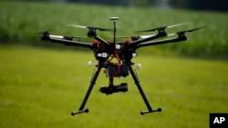Drone berukuran kecil ini tengah diperagakan di hadapan para anggota asosiasi petani jagung Amerika, di sebuah peternakan di Cordova, Maryland (Foto: dok).