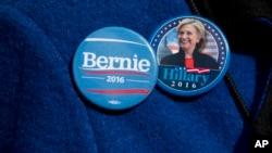 Seorang pendukung partai Demokrat mengenakan pin bergambar kandidat Capres AS Hillary Clinton dan logo kampanye Bernie Sanders (Foto: dok).