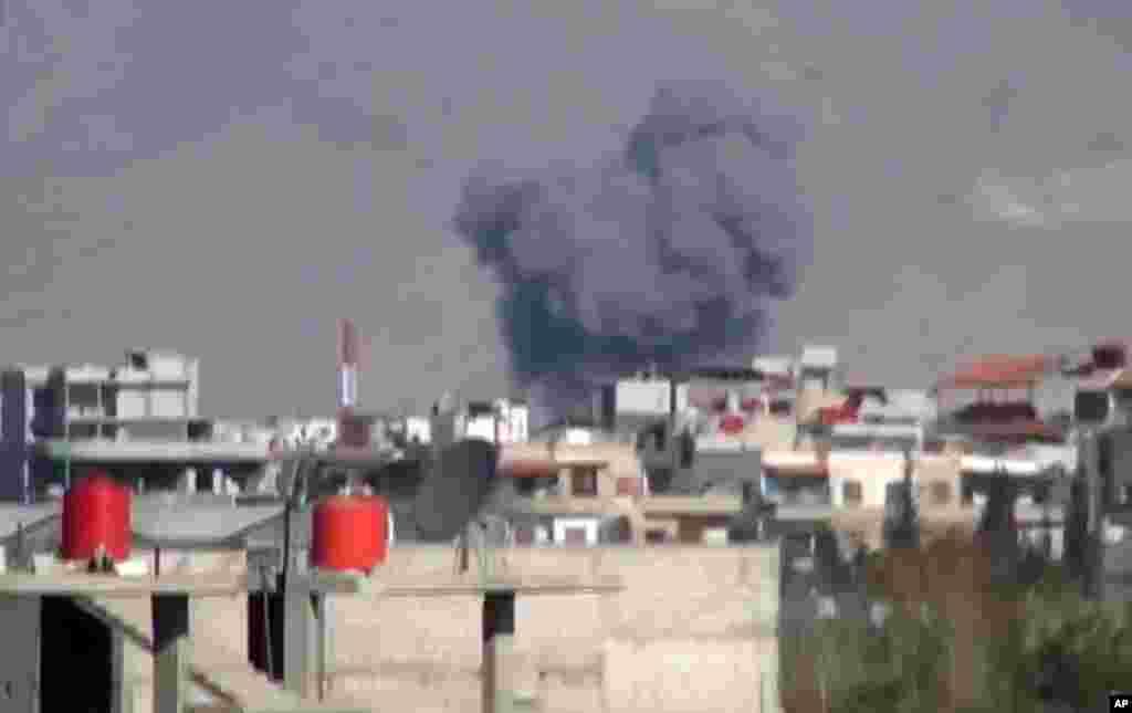 Shaam News Network-dən əldə olunan videoda Dəməşq yaxınlığında təyyarələrin ərazini bombardman etdiyi göstərilir. Dəməşq, Suriya, 10 dekabr 2012.