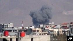 10일 공중전이 있은 후 화염에 휩싸인 시리아 수도 다마스쿠스 인근 도시.