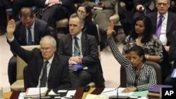 지난 1월 유엔 안보리에서 거행된 대북 제재 결의 표결에서 수전 라이스 유엔 주재 미국대사(오른쪽)와 마크 라이얼 그랜트 영국대사가 투표하고 있다.