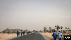 Des lycéens marchent sur la route de Mokolo à Maroua, Région de l'Extrême-Nord, Cameroun, le 20 février 2018.