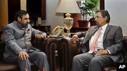 Indian Commerce Minister Anand Sharma, left, speaks with Pakistani Commerce Secretary Zafar Mahmood, New Delhi, India, Nov. 15, 2011.