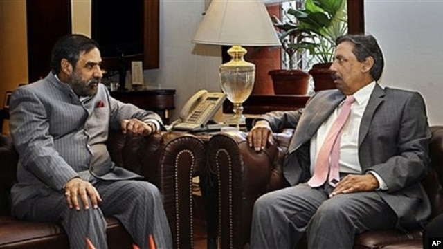 Indian Commerce Minister Anand Sharma, left, speaks with Pakistani Commerce Secretary Zafar Mahmood, New Delhi, India, Nov. 15, 2011.
