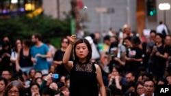 2019年6月14日,一名女子手持鮮花,與數百名母親一起抗議《逃犯條例》修法。