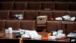 Mesas dos legisladores após terem sido evacuados