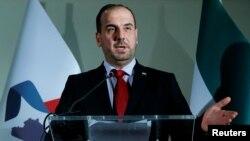 나세르 알하리리 시리아 최고협상위원회(HNC) 의장이 27일 스위스 제네바에서 기자회견을 하고 있다.