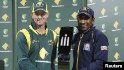 آسٹریلیا اور سری لنکا کے کپتان ٹرافی تھامے ہوئے