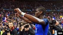 Paul Pogba de la France célèbre après le match de quart de finale de l'EURO 2016 que la France remporté 5-2 contre l'Islande au Stade de France à Saint-Denis, France, 03 juillet 2016. epa/ FILIP SINGER