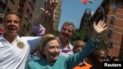 Gay Pride, le 26 juin 2016, avec la candidate démocrate à la présidentielle Hillary Clinton, le gouverneur de l'Etat de New York Andrew Cuomo et le maire Bill de Blasio, le pasteur Al Sharpton et la première dame de la ville de New York Chirlane McCray.