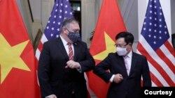 美国国务卿蓬佩奥与越南副总理兼外长范平明2020年10月30日在河内会晤(越南新闻社照片)
