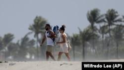 Cumartesi günü Batı Palm Beach sahili.