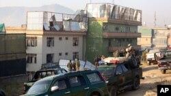 Lực lượng an ninh Afghanistan xem xét địa điểm một vụ tấn công trong thủ đô Kabul, Afghanistan, 28/11/14