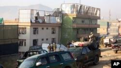 28일 아프가니스탄 카불에서 정부군 병사들이 폭탄 테러 현장을 수색하고 있다.