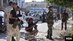 Pasukan NTC Libya tampak siaga di ibukota Tripoli, dalam bentrokan dengan pasukan pro-Gaddafi (14/10).