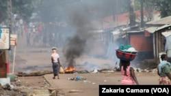 Une route barrée à Cosa dans la banlieue de Conakry, Guinée, le 14octobre 2019. (VOA/Zakaria Camara)