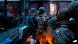 Các tình nguyện viên từ tiểu đoàn Azov lên xe tại thủ đô Kiev tới miền đông Ukraine để tham gia chiến đấu chống lại các phần tử ly khai thân Nga, ngày 17/1/2014.