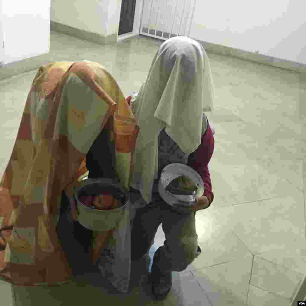 عکس ارسالی زهرا از دو نوجوان که برای رسم قاشق زنی، به آپارتمانش در تهران آمده اند.