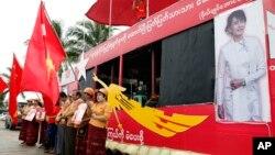 Người ủng hộ cầm cờ của Liên minh Dân chủ Toàn quốc (NLD) của bà Aung San Suu Kyi trong một chiến dịch vận động bầu cử ở Yangon, ngày 7/10/2015.