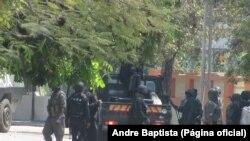 Photo d'archives : les forces de l'ordre encerclant le domicile du leader de la Résistance nationale mozambicaine (Renamo), Afonso Dhlakama, à Beira, dans le centre du pays – octobre 2015.