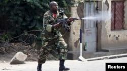 Seorang tentara Burundi dengan senjata AK-47 menembak ke arah demonstran dalam protes menentang Presiden Pierre Nkurunziza di Bujumbura, Burundi (25/5).