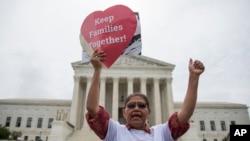 Ông Antonio Surco đến từ tiểu bang Maryland tham gia một cuộc biểu tình bên ngoài Tòa án Tối cao ở Washington, ngày 23 tháng 6 năm 2016.