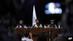 Juru Bicara Taliban Zabihullah Mujahid, tengah, berbicara untuk pertama kali pada konferensi pers dari kelompok tersebut di Kabul, Afghanistan, pada 17 Agustus 2021. (Foto: AP)