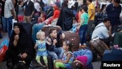 Para warga Palestina menunggu untuk dapat melintasi pos perbatasan Rafah menuju Mesir yang ditutup oleh pemerintah Mesir (24/8).