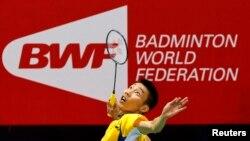 Pebulu tangkis Malaysia, Lee Chong Wei, mengembalikan servis atlet Indonesia, Tommy Sugiarto, saat laga semifinal tunggal putra turnamen Piala Thomas di New Delhi, 23 Mei 2014. (Foto: Reuters)