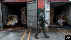 Un oficial de policía patrulla el barco norcoreano que llevaba la carga de material bélico cubano sin declarar.