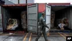 지난해 7월 파나마 만사니요 항에서 경찰이 북한 선적 '청천강' 호에 실려있던 화물을 지키고 있다. 청천강호는 신고하지 않은 무기와 전투기 부품 등을 싣고 가다가, 파나마 당국에 적발됐다.