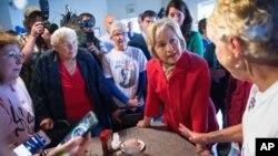 هیلاری کلینتون در یک رستوران در کنتاکی با حامیانش دیدار می کند.