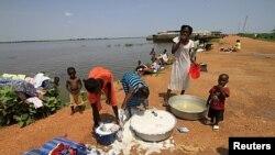 Wasu 'yan Sudan ta Kudu sun makale a gabar kogin Kosti